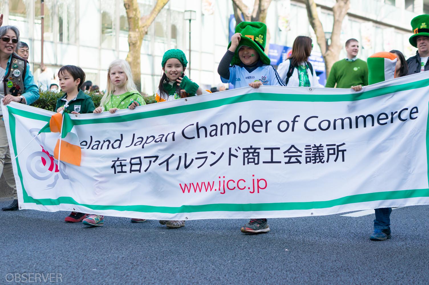 パレードでは子供たちの弾けるような笑顔が見る人を和ませていましたが、日本在住のアイルランド人も沢山いらっしゃっていてビールを飲んで燥ぎまくっていました。